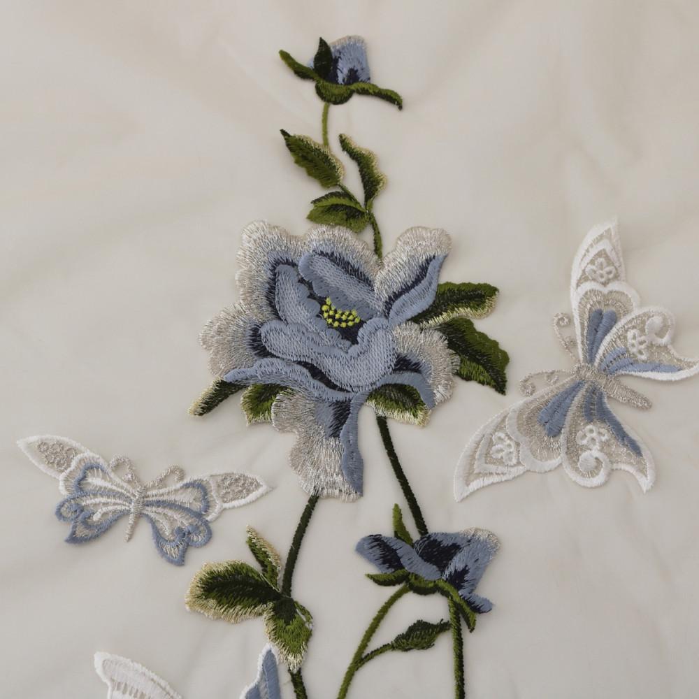 Dantela brodata pe tul cu flori si fluturi