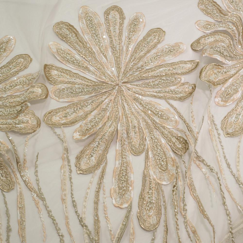 Dantela cu motive florale pe tul nude deschis accesorizata cu margelute in nuante de bej cu accente aurii