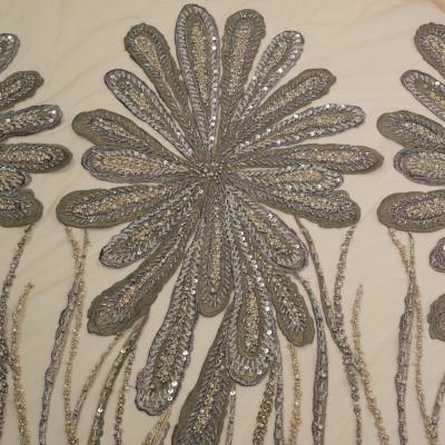 Dantela cu motive florale pe tul nude inchis accesorizata cu margelute in nuante de greige cu accente aurii