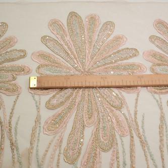 Dantela cu motive florale pe tul nude accesorizata cu margelute in nuante de roz prafuit cu accente vernil  ULTIMA BUCATA