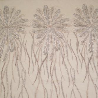 Dantela cu motive florale pe tul nude inchis accesorizata cu margelute in nuante de gri cu accente argintii